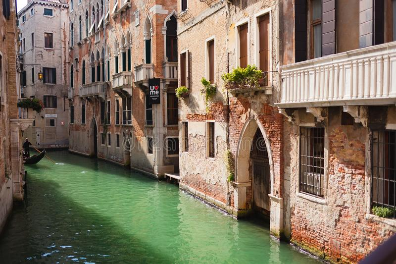 VENEZIA, ITALIA - OTTOBRE, 08 DEL 2017: Bella vista sul canale stretto Rio de San Luca a Venezia, Italia fotografia stock