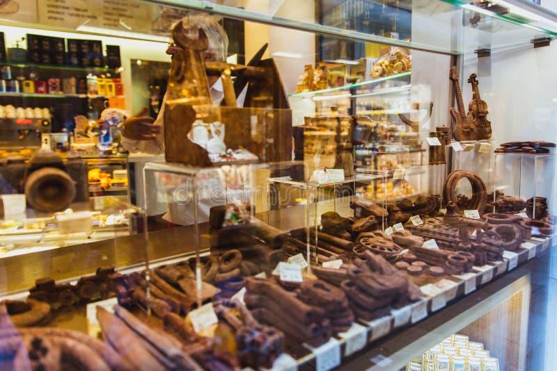 VENEZIA, ITALIA - 27 OTTOBRE 2016: finestra del negozio con i prodotti fatti a mano del cioccolato a Venezia, Italia fotografia stock