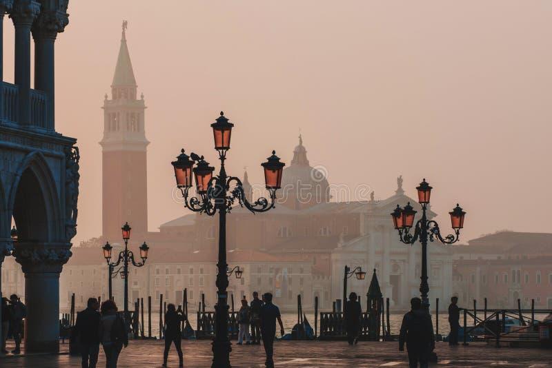 VENEZIA, ITALIA - 6 OTTOBRE 2017: La piazza San Marco, turisti di mattina cammina sul quadrato fotografia stock