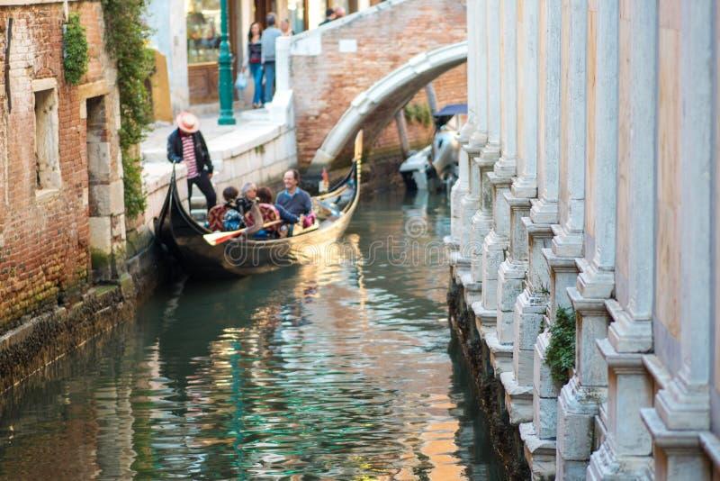 VENEZIA, ITALIA - 7 OTTOBRE 2017: Le gondoliere galleggiano sul canale stretto a Venezia, Italia fotografia stock