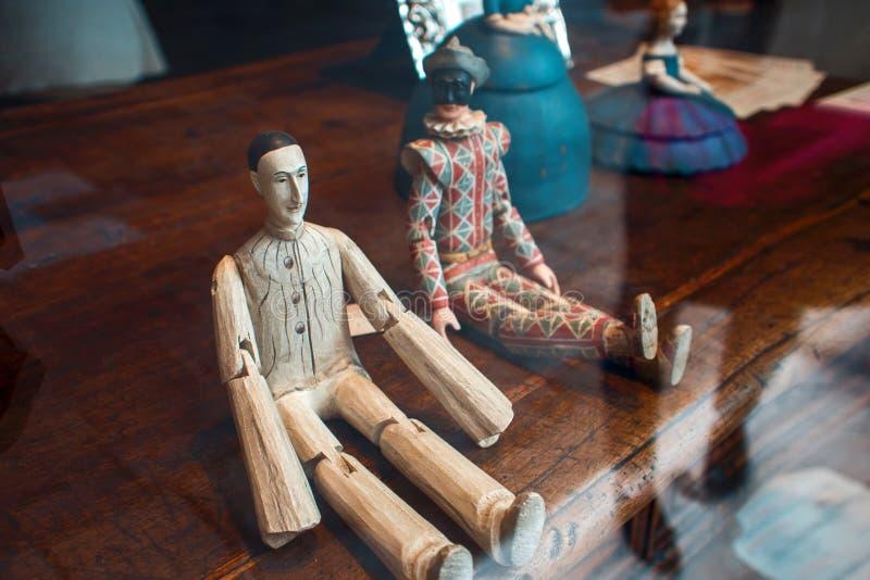 VENEZIA, ITALIA - 8 OTTOBRE 2017: Pierrot e arlecchino, una bambola di legno in una finestra del negozio immagini stock