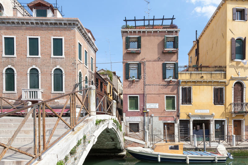 Venezia, Italia Ponte Santa Fosca ed architettura storica in Cannaregio fotografie stock libere da diritti