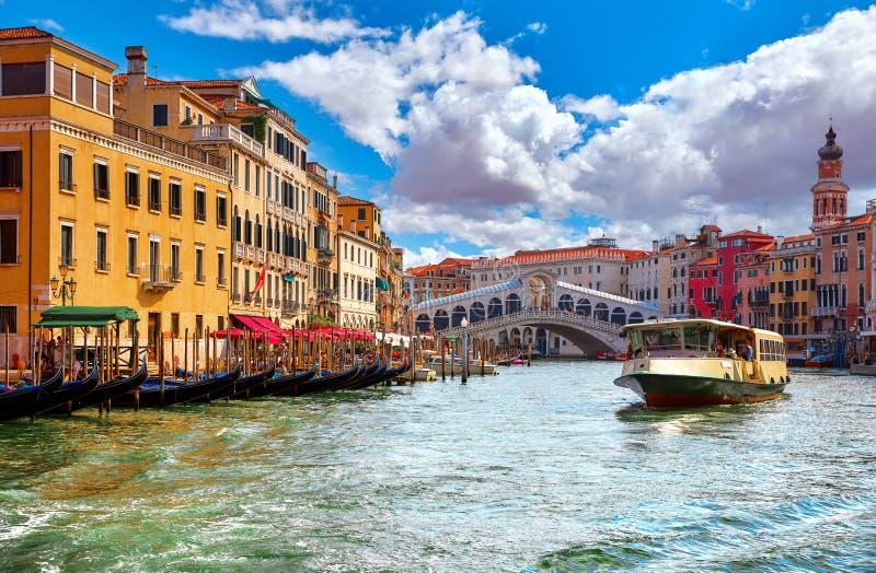 Venezia Italia Puente y góndolas de Rialto foto de archivo libre de regalías