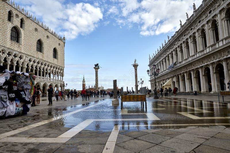 Venezia, Italia 12 settembre 2017: Alta marea nel quadrato del ` s di St Mark Inondazione del quadrato del ` s di St Mark immagini stock