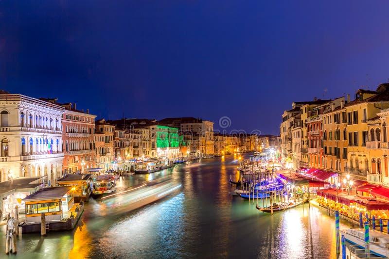 Venezia, Italia - settembre 2018: Grand Canal a penombra di tramonto a Venezia, Italia Vista dal ponticello di Rialto fotografie stock