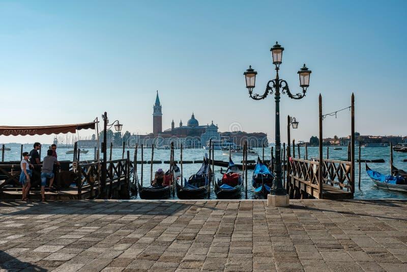 Venezia, Italia, turisti vicino alle gondole sull'argine vicino alla piazza San Marco fotografie stock libere da diritti