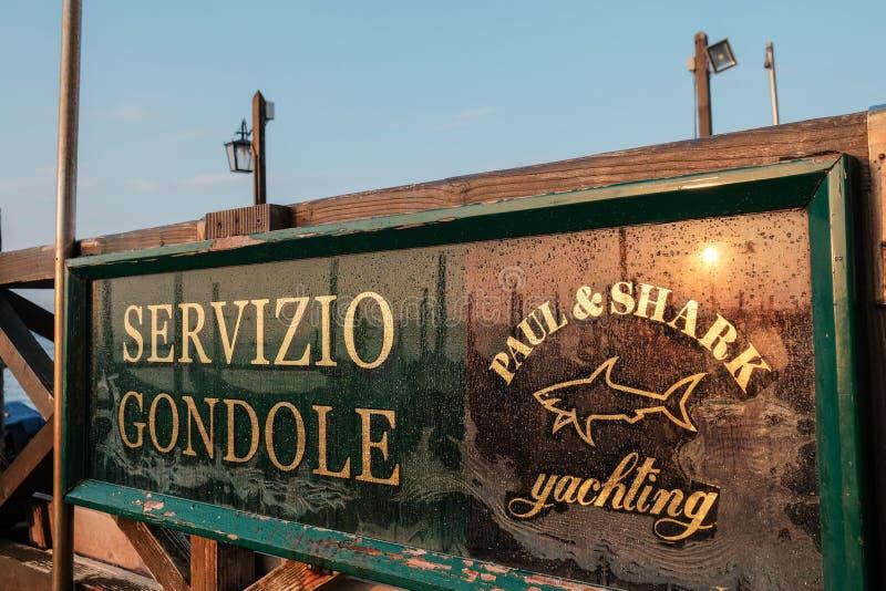 Venezia, Italia, un segno dentro il parcheggio delle gondole davanti alla st Mark Square ad alba immagini stock