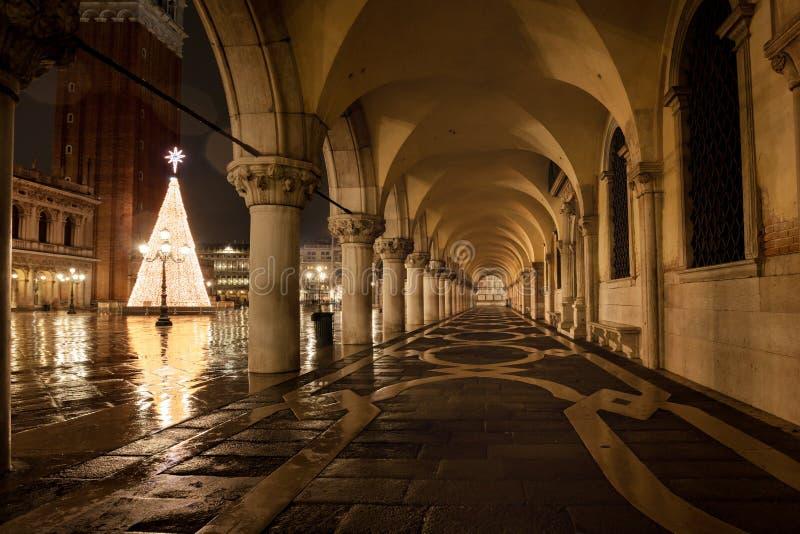 Venezia Piazza San Marco la nuit pluvieux avec des réflexions d'humidité image stock