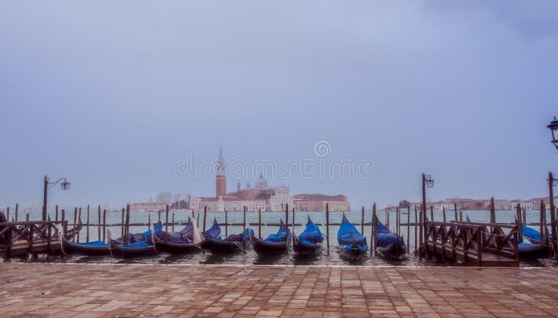 Venezia San Giorgio Maggiore gondoler i fjärden venice Italien royaltyfri fotografi