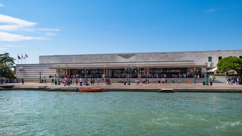 Venezia Santa Lucia station med turistatt avgå och arrivin royaltyfria foton