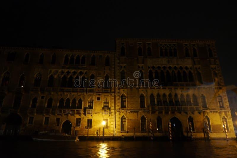 Venezia sull'acque alla notte fotografia stock