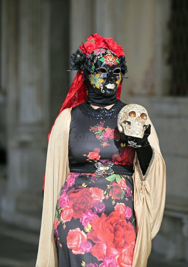 Venezia, VE, Italia - 5 febbraio 2018: donna mascherata durante il Ca fotografia stock