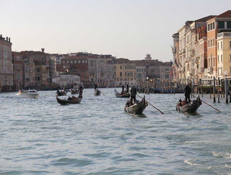 Venezia, VE Włochy, Grudzień, - 31, 2015: gondole wewnątrz i turyści fotografia royalty free
