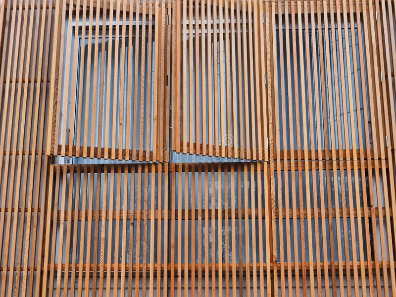 Venezianas de madeira verticais no exterior da casa imagens de stock