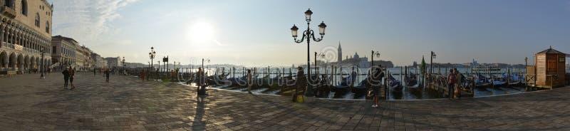 Veneziapanorama met gondels bij ochtend stock foto's