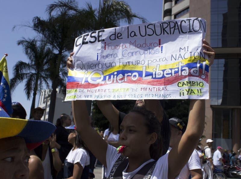 Venezolaans maart tijdens een protest tegen Maduro-overheid in steun aan Juan Guaido royalty-vrije stock foto