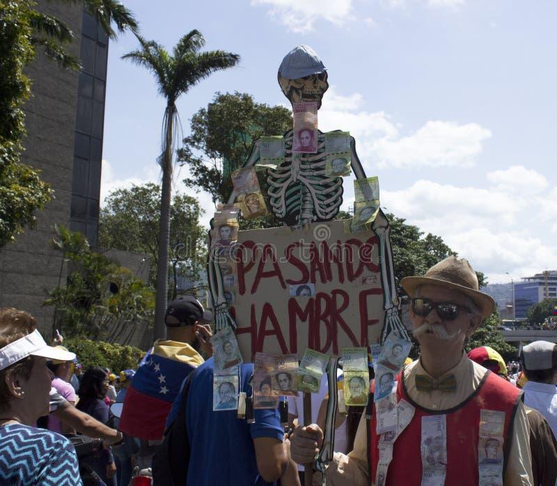 Venezolaans maart tijdens een protest tegen Maduro-overheid in steun aan Juan Guaido stock foto's
