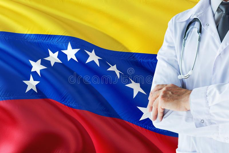 Venezolaanse Arts die zich met stethoscoop op de vlagachtergrond van Venezuela bevinden Het nationale concept van het gezondheids royalty-vrije stock afbeelding