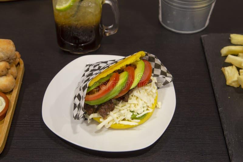 Venezolanischer Nahrungsmittelteller, Arepa-yeluda stockfotografie