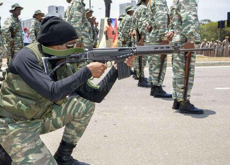 Venezolanisches Militär Bolivarian in Position des Angriffs lizenzfreies stockbild