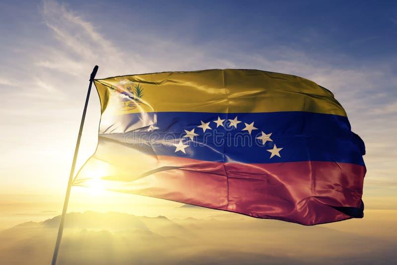 Venezuela Bolivarian republik med tyg för torkduk för vapensköldnationsflaggatextil som vinkar på överkanten vektor illustrationer