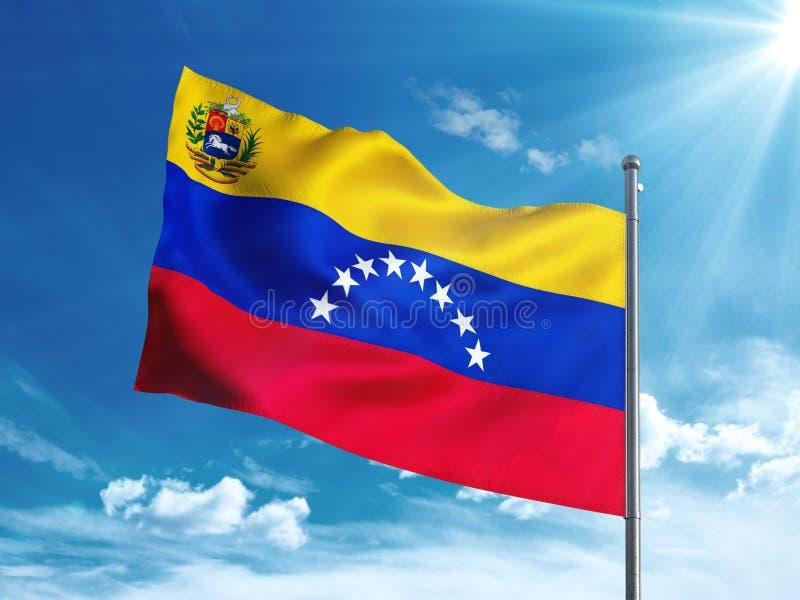 Venezuela-Flagge mit Wappen wellenartig bewegend in den blauen Himmel stock abbildung