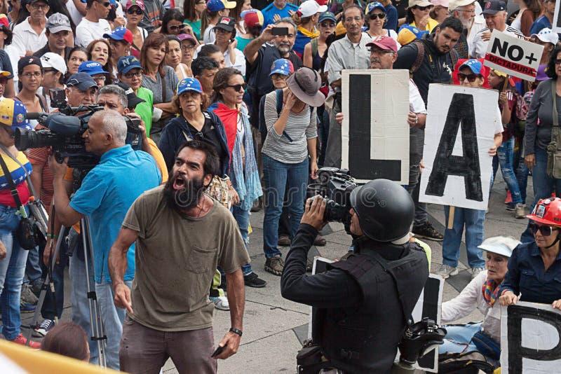Venezuelanskt folk som protesterar mot Maduro arkivfoton