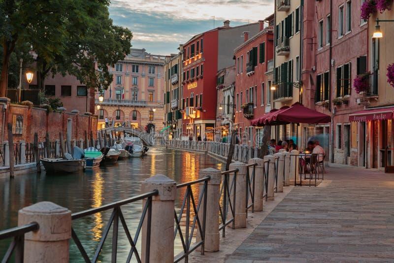 Канал в Венеции вечером стоковые фотографии rf