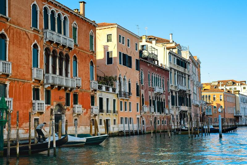 Venice gondolier e la sua barca immagine stock libera da diritti