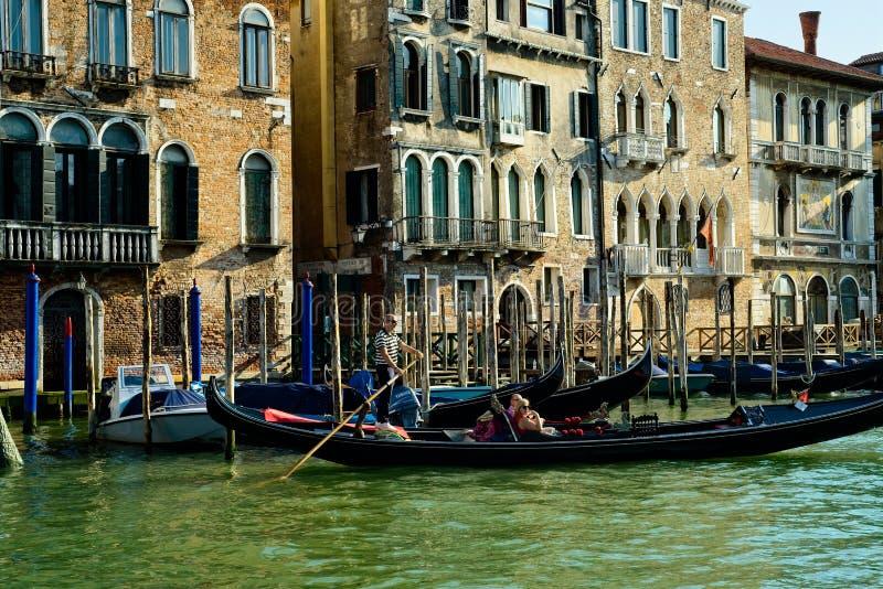 Venice gondolier e passageiros Grande Canal imagem de stock royalty free
