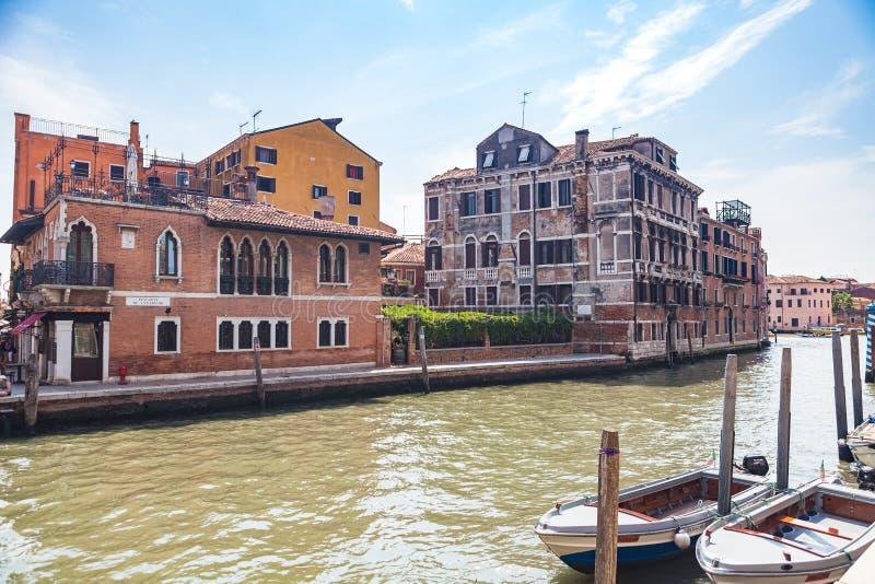 VENICE, ITALIEN - 15. JUNI 2016 Typisches venezianisches Gebäude am Ufer des Cannaregio-Kanals stockbild