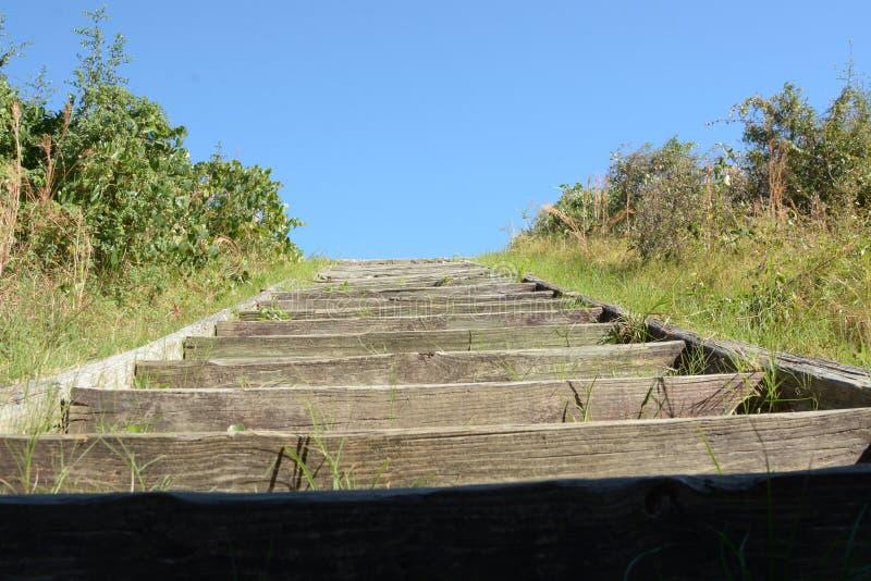 Venir à bout des moyens de repli de fort montant beaucoup d'étapes en bois et de roche photos libres de droits