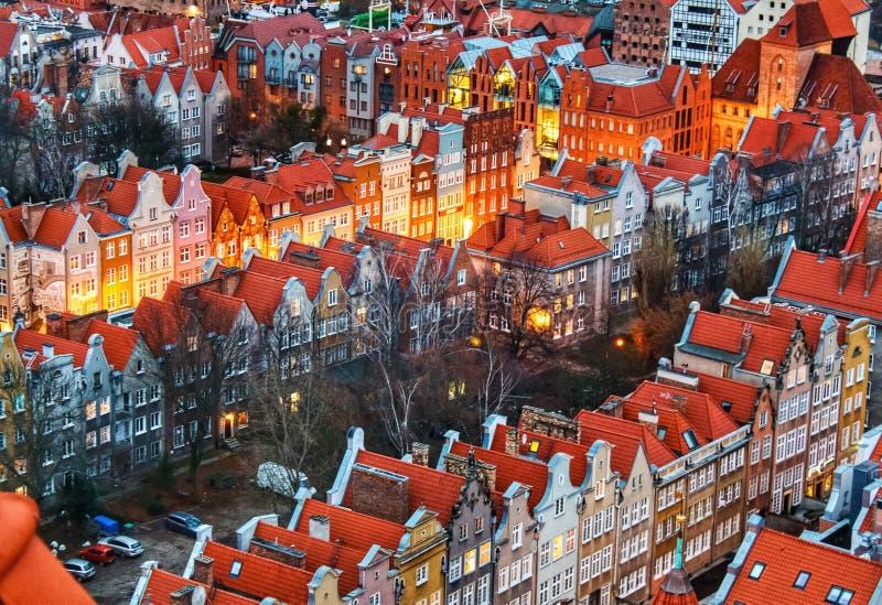Venir de lumières vivant le long d'un voisinage couvert rouge photos stock
