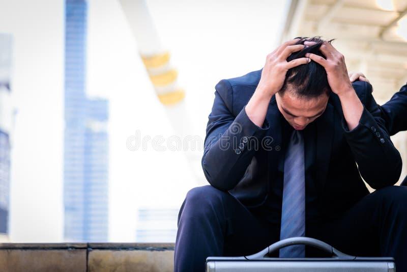 Venire a mancare triste e frustrato di tatto asiatico dell'uomo d'affari di ribaltamento nella vita fotografie stock