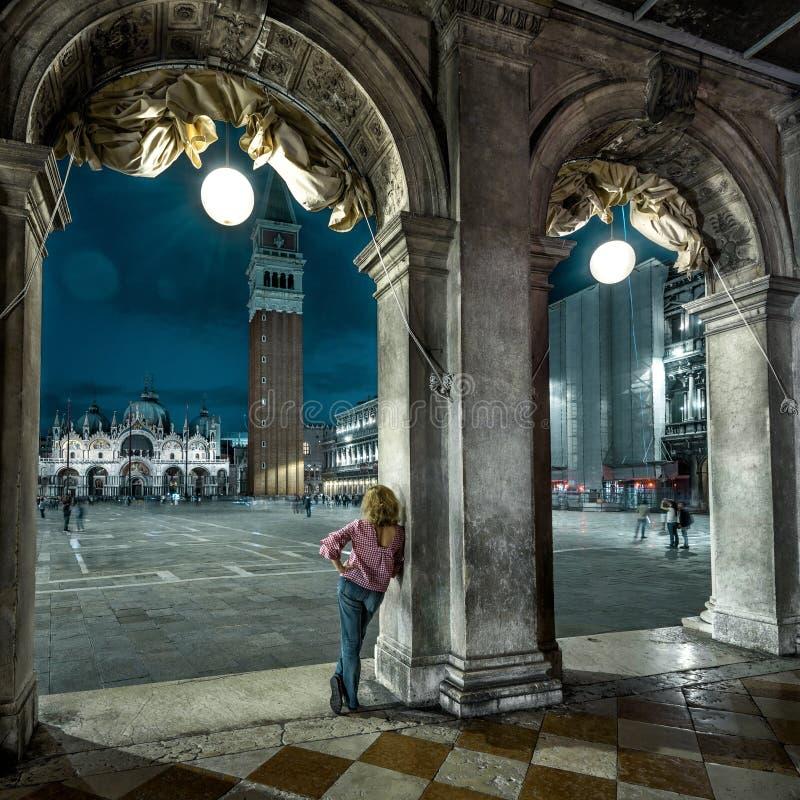 Venise de nuit, Italie Une jeune femme est sur la place San Marco à la lumière du jour images stock