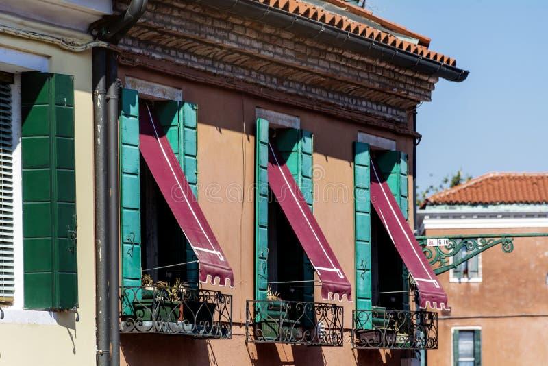 Venise, Italie, bâtiment italien typique avec de belles fenêtres photographie stock