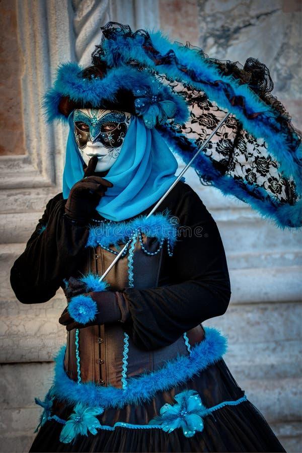 VENISE, ITALIE - 8 FÉVRIER : Personne non identifiée dans le masque vénitien photographie stock libre de droits