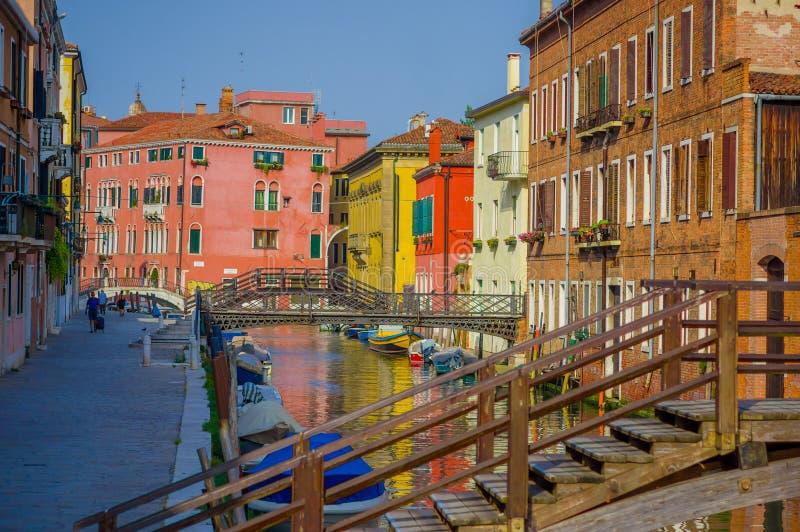 VENISE, ITALIE - 18 JUIN 2015 : Arrosez le canal avec le beau pont en bois, maisons colorées autour images stock