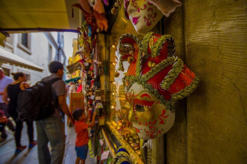 VENISE, ITALIE - 18 JUIN 2015 : Rouge et masque d'or beau dans une boutique de souvenirs à Venise, foyer sélectif Turists images stock