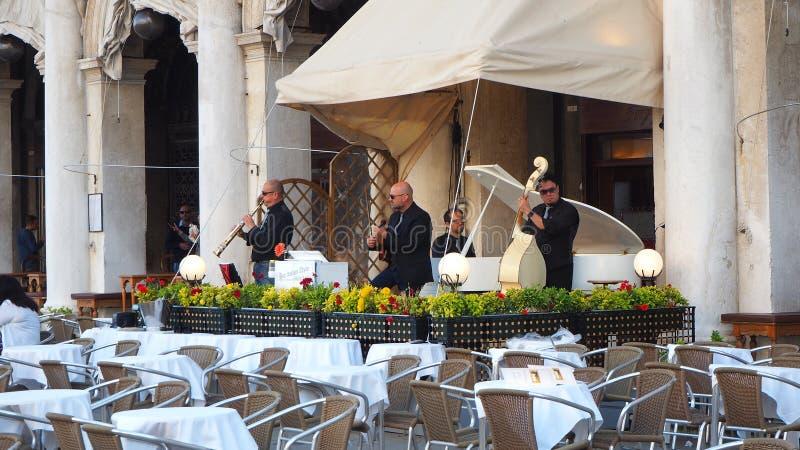 Venise, Italie L'orchestre qui joue près des tables des barres de Piazza San Marco images stock