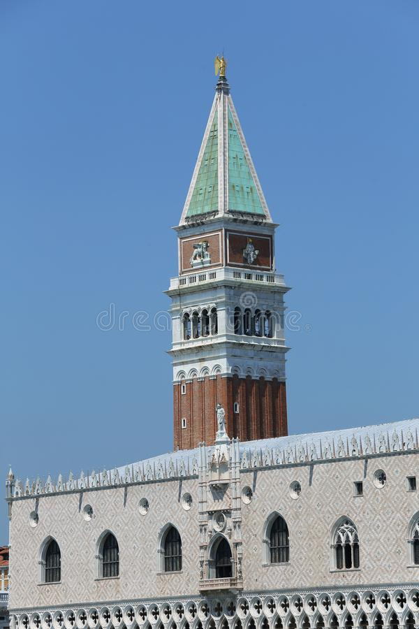 Venise Italie la haute tour de Bell de St Mark et de palac antique photographie stock