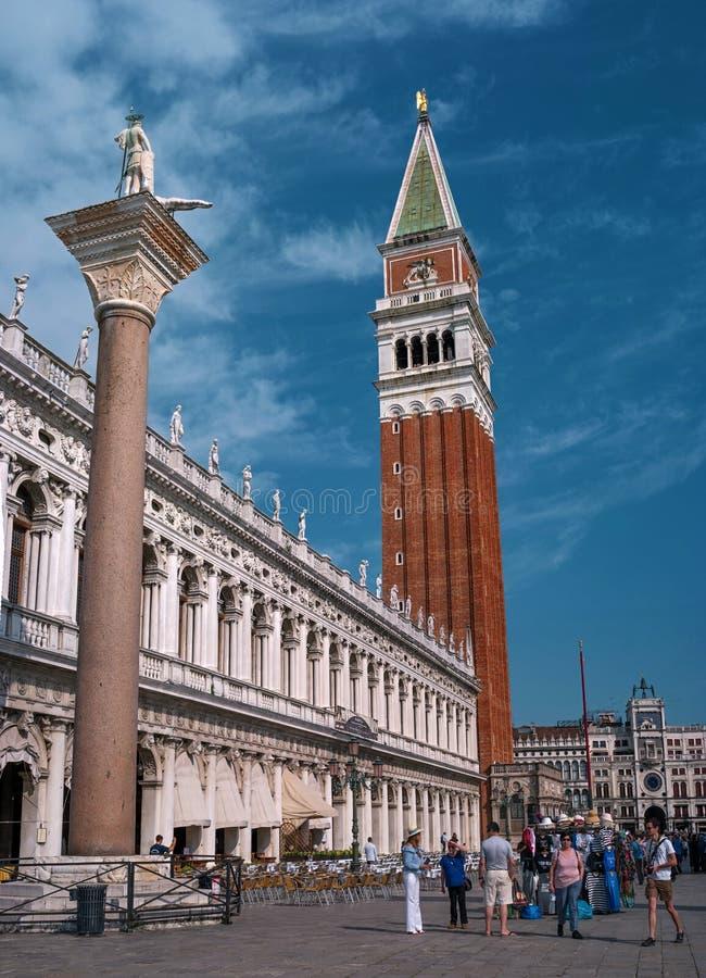 Venise, Italie - 8 mai 2018 : La colonne de St Theodore et la tour de cloche de St Marque-Campanile-dans le centre de image stock