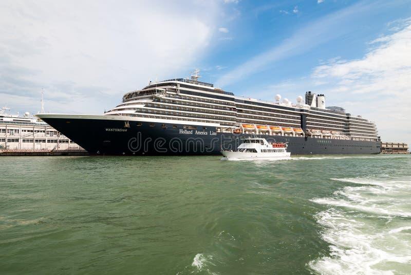 VENISE, ITALIE - 16 MAI 2010 : Un grand bateau de croisière à Venise, Italie images stock