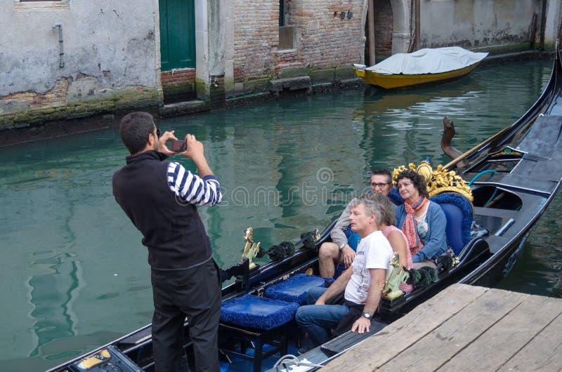 VENISE, ITALIE - 29 SEPTEMBRE 2017 : Gondole avec des touristes image libre de droits