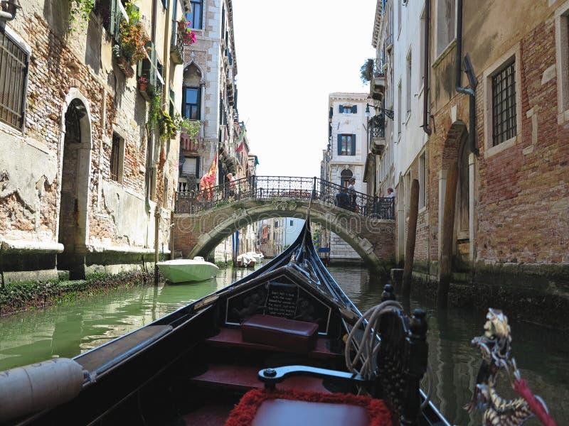 20 06 2017, Venise, Italie : Vue de gondole aux bâtiments historiques et aux canaux photo libre de droits