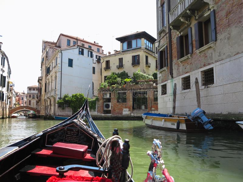 20 06 2017, Venise, Italie : Vue de gondole aux bâtiments historiques et aux canaux photographie stock