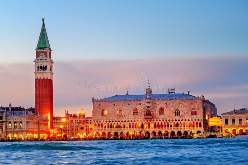 Venise, Italie, vue des doges palais et campanile dans la lumière égalisante photo libre de droits