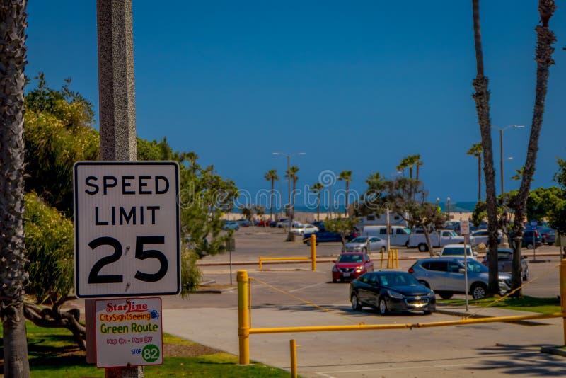 VENISE, LA CALIFORNIE, ETATS-UNIS, AOÛT, 20, 2018 : Vue extérieure de signe instructif de la limitation de vitesse 25 en plage de image libre de droits