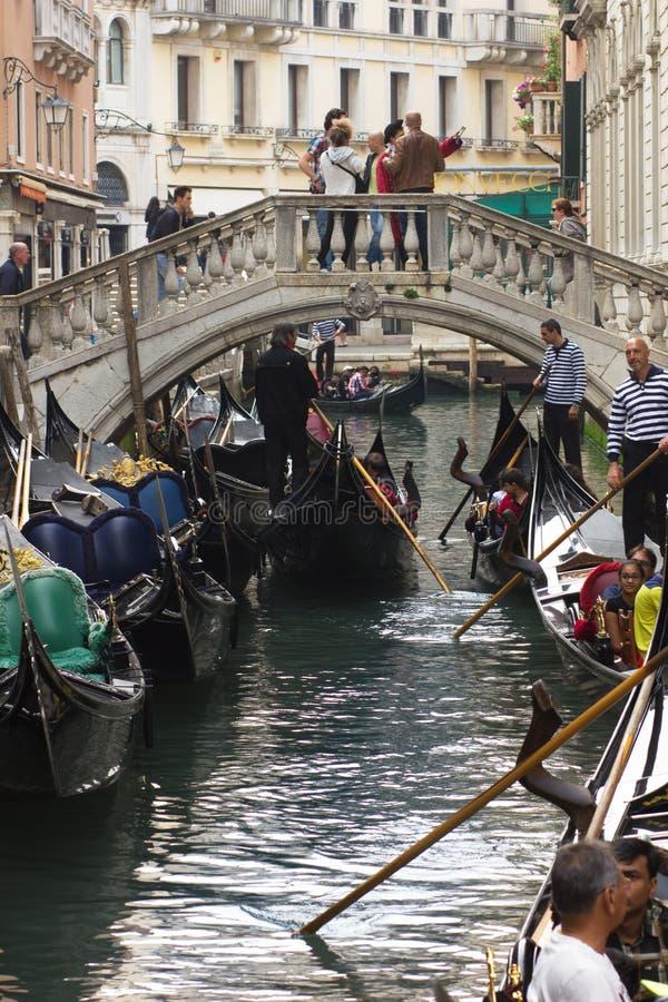 VENISE - 6 MAI 2015 : Gondoles de tour de touristes, le 6 mai 2015 dedans photographie stock