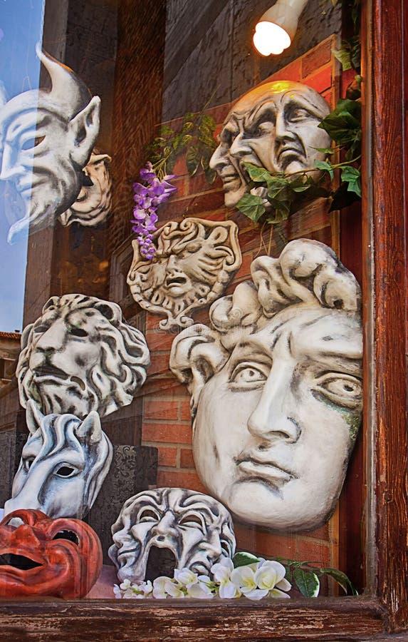 Venise, masques papier de mâché à la fenêtre de boutique d'artisan photo libre de droits